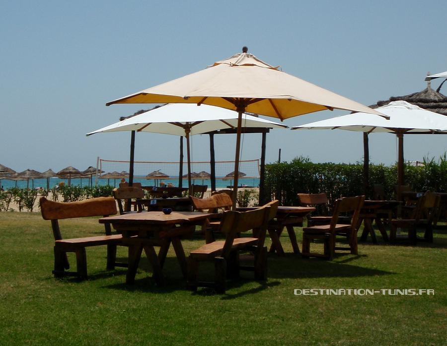 Table sur la pelouse, la mer en toile de fond. Météo en Tunisie : farniente à Hammamet !