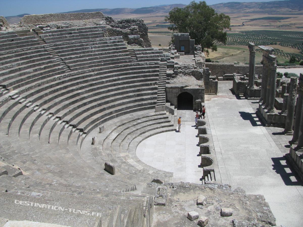 Gradins et scène du théâtre du site archéologique de Dougga