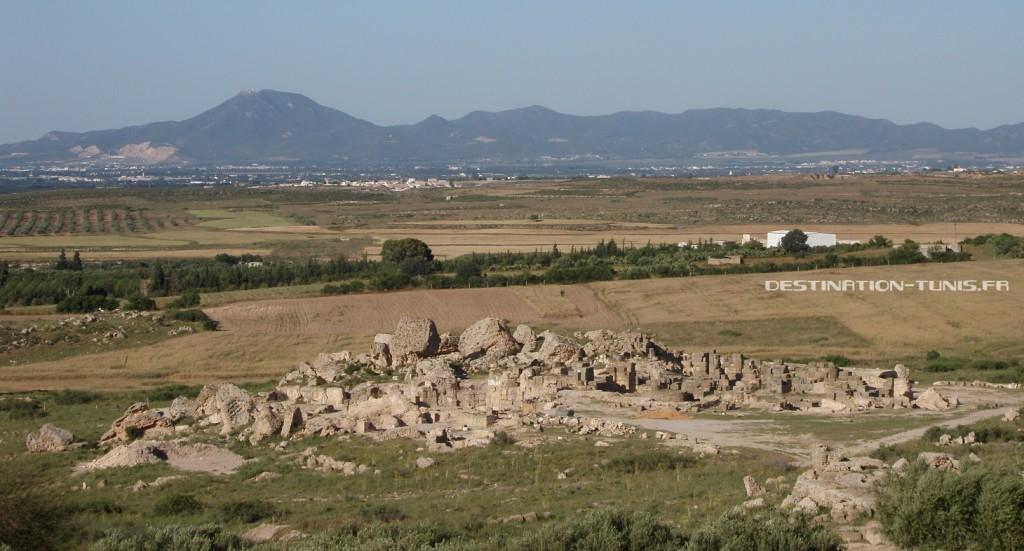 Les Thermes d'Oudhna, avec en arrière plan la plaine de Mornag ainsi que le djebel Boukornine.