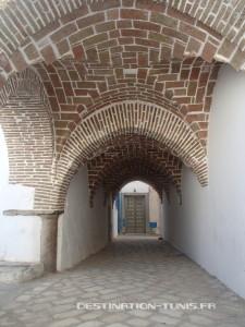 Les ruelles voûtées entourant la mosquée