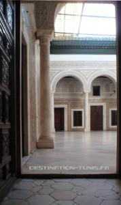 Suivant les skifa, un escalier mène au westdar pavé de dalles de marbres.